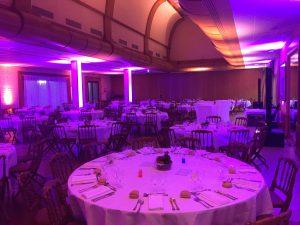 Table ronde 10 couverts dressée et illuminée